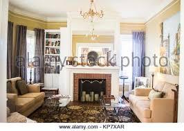 schönes wohnzimmer mit kamin stockfotografie alamy