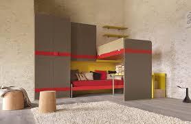 kid schlafzimmer mit treppe mit einem container ausgestattet