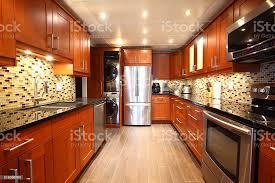 moderne luxusküche und eingebaute waschmaschine und trockner stockfoto und mehr bilder arbeitsplatte