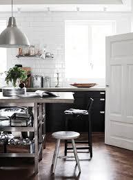 credence cuisine noir et blanc carrelage metro blanc mat