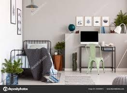 grau elegantes schlafzimmer mit einem einzigen metallbett