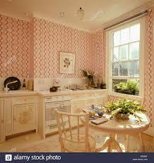 rosa gestreifte tapete in achtziger jahre küche esszimmer