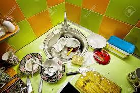spülmittel in der küche grün und orange fliesen an der wand