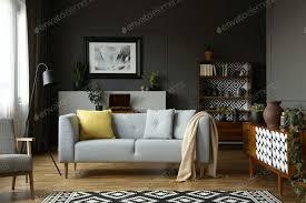 decke und kissen auf grauem sofa im retro wohnzimmer interieur foto bialasiewicz auf envato elements