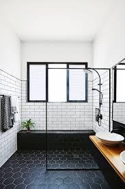 schwarzer boden mit vielen schwarzen badezimmer fliesen ein