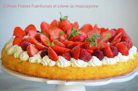 dessert avec creme fouettee gâteau fraises framboises sur crème au mascarpone fouettée