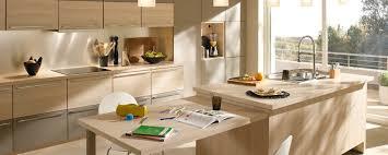 voir cuisine but cuisine modèle atalante couleurs érable clair et taupe
