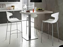 table de cuisine haute avec tabouret table haute et chaises de bar cuisine en image