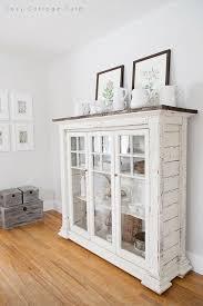 weiße gerichte auf dem esszimmerschrank cosy cottage