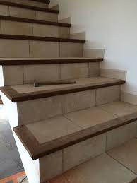 rénovation d un escalier carrelé avec nez de marche en bois en