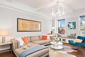 kleines wohnzimmer großes sofa sessel kreuzbeine plüsche