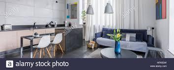 panorama multifunktionalen apartment mit wohnzimmer und