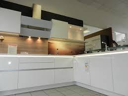nolte musterküche grifflose l küche in weiß hochglanz mit