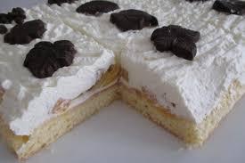 ein leichter biskuit mit pfirsichen sahne und schoko dekor