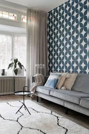 wohnzimmer tapete grafisches motiv dunkelblau und weiß 139100