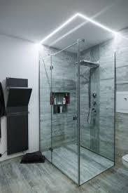 begehbare dusche mit beeindruckender lichtstimmung wie
