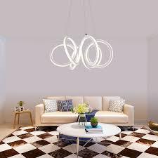 led hängeleuchte kunstvoll in weiß im wohnzimmer