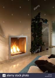 moderne gas brennen wand montiert kamin im wohnzimmer mit