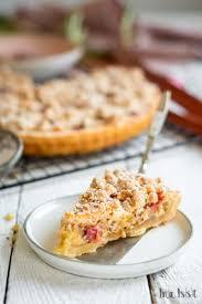 rhabarber kuchen mit pudding und haselnuss streusel