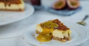 crème brulée cheesecake mit fruchtiger soße