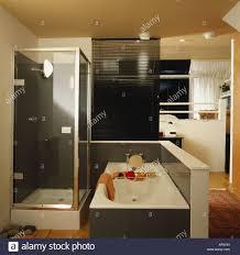 kleine dusche und badewanne in anthrazit grau weiß modern en