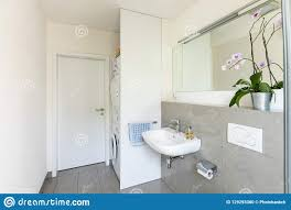 helles modernes badezimmer mit fliesen stockfoto bild