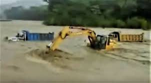 100 Dump Truck Drivers VIDEO Excavator Claws Through Raging Floodwaters To Rescue Two Dump