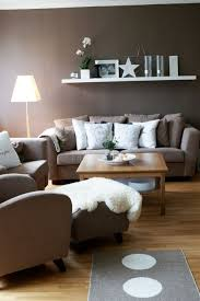 wohnzimmer modern einrichten wandfarbe braun weisse akzente