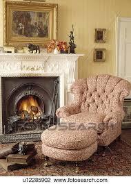sessel neben kaminofen in traditionelle wohnzimmer
