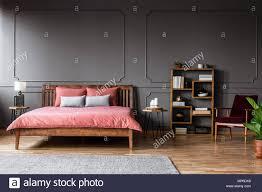 real photo einem geräumigen schlafzimmer innenraum mit