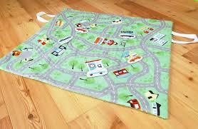 tapis de jeux voitures tapis de jeu voitures nomade 7 voitures en tissu une poule