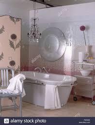 einfache kronleuchter und moderne badewanne im badezimmer