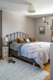 elegantes schlafzimmer in grau und weiß bild kaufen