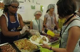 aide de cuisine ils font du bénévolat pour obtenir une aide pour payer leur permis