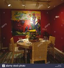 korbsessel rote achtziger jahre esszimmer mit abstrakter