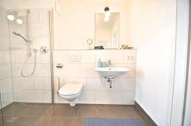 badezimmer mit ebenerdiger dusche weißen wandfliesen und
