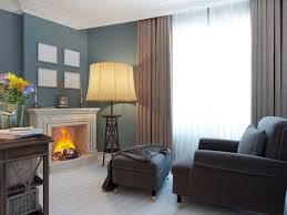 wohnzimmer mit kamin und weichem sessel und ottomane der
