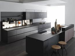 küche aus laminat mit kücheninsel mit integrierten griffen