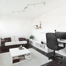 moderner wohnraum mit computer schreibtisch und bildschirm sofa und tisch mit weißen teppich auf dunkelbraunen holzboden