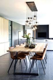 offener wohnraum massivholztisch mit braunen lederstühlen