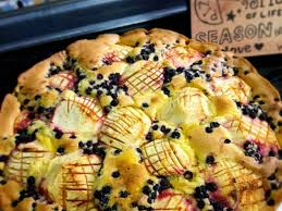 heidelbeeren und äpfel auf cremigem rührkuchen