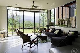 stilvolles wohnzimmer mit vintage möbel und dekoration