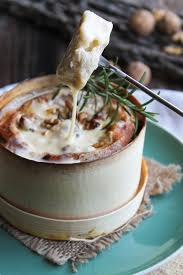 cuisiner le mont d or fondue au mont d or noix et romarin aime mange