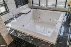 große weiße badewanne im badezimmer interieur des hauses stockfoto und mehr bilder badewanne