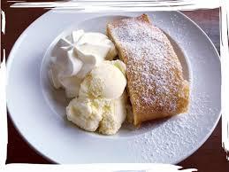 leckerer apfelstrudel mit vanilleeis und sahne