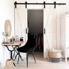 weiße schlafzimmer im rustikalen stil mit kleiderschrank