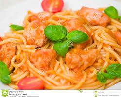 pates au blanc de poulet pâtes avec du blanc de poulet en sauce tomate image stock image