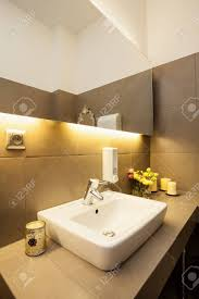 weiße keramik waschbecken auf grauem arbeitsplatte im modernen badezimmer