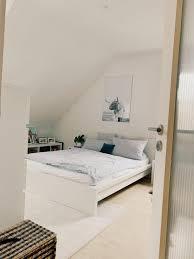 schlafzimmer bett dachschräge schwarzweißfoto