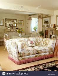 floral sofa mit rosa gesäumten kanten im ferienhaus wohn